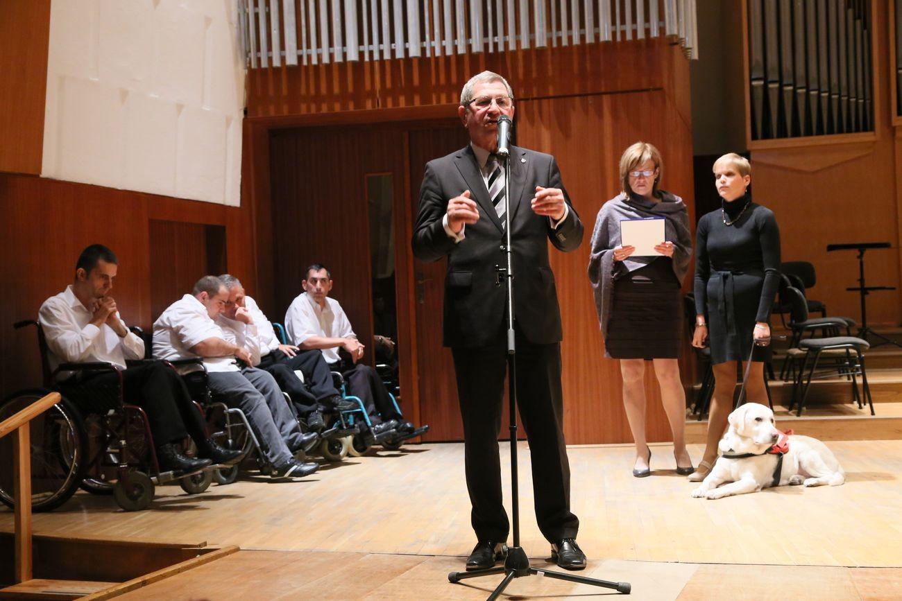 Az aktív időskor elnevezésű önkormányzati program keretében - az  esélyegyenlőség jegyében - vasárnap délután rendezték meg az első őszi  eseményt a Bartók ... ee3a1d7749